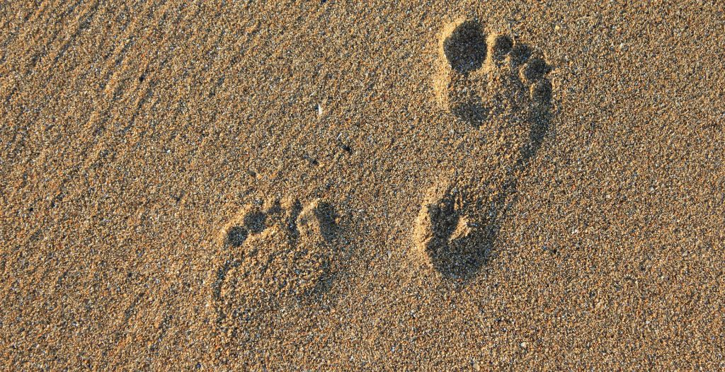 Earthing - Image of footprints in the sand